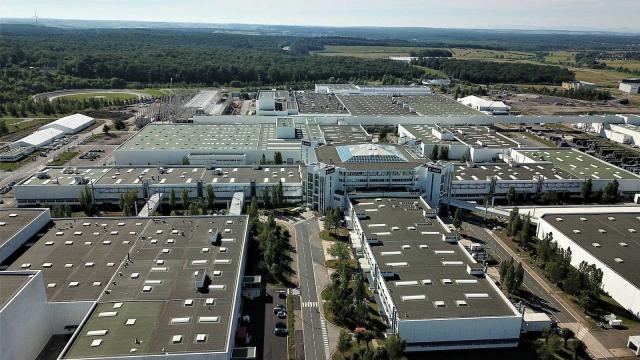 Daimler chce prodat jednu ze svých továren, i když v ní dál potřebuje vyrábět